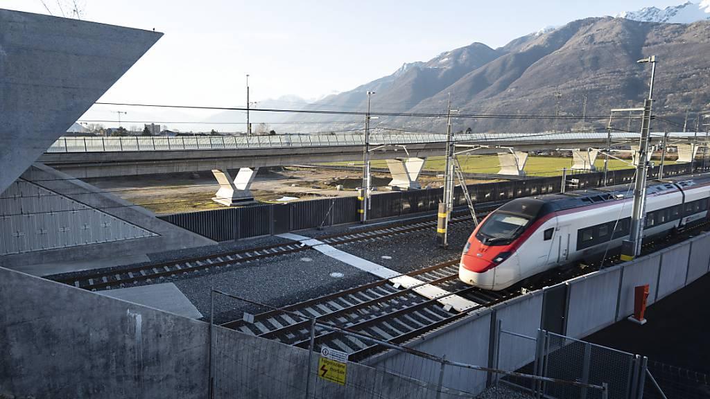 Reisende in Richtung Italien müssen derzeit mehr Zeit als üblich einberechnen: Portal des Ceneri-Basistunnels. (Archivbild)