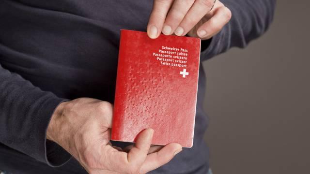 Ein Mann mit einem Schweizer Reisepass (Symbolbild)