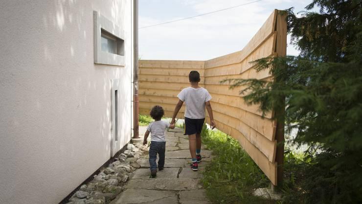 Eine Psychotherapeutin spricht von einer chronischen Stresssituation, insbesondere für Kinder mit eigenen Fluchterfahrungen. (Symbolbild)