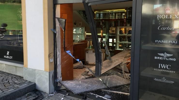 Die Eingangstüre zur Bijouterie hatten die Täter mit einem Geländefahrzeug gerammt.