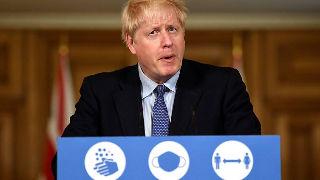 Boris Johnson, Premierminister von Großbritannien, spricht bei einer Pressekonferenz in der 10 Downing Street zur Corona-Pandemie. Die Zahl der Corona-Fälle in Großbritannien steigt weiter an. Foto: Leon Neal/PA Wire/dpa