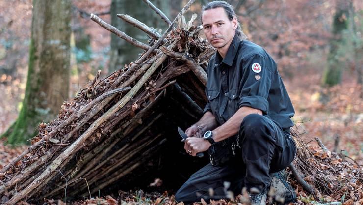 Survival-Trainer Gion De Salugo zeigt in seinem Camp, wie man sich in der Not eine Unterkunft baut.