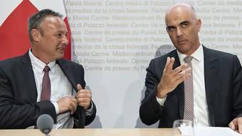 Wollen gemeinsam die zahlreichen Herausforderungen bei der Altersvorsorge meistern: Sozialminister Alain Berset (rechts) und Stéphane Rossini, der designierte Direktor des Bundesamts für Sozialversicherungen.