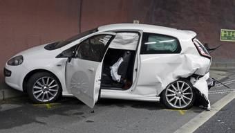 Der Fäsenstaubtunnel in Schaffhausen ist erneut Schauplatz eines Auffahrunfalls geworden: Dieses Auto und drei weitere Fahrzeuge stiessen am Dienstag zusammen.