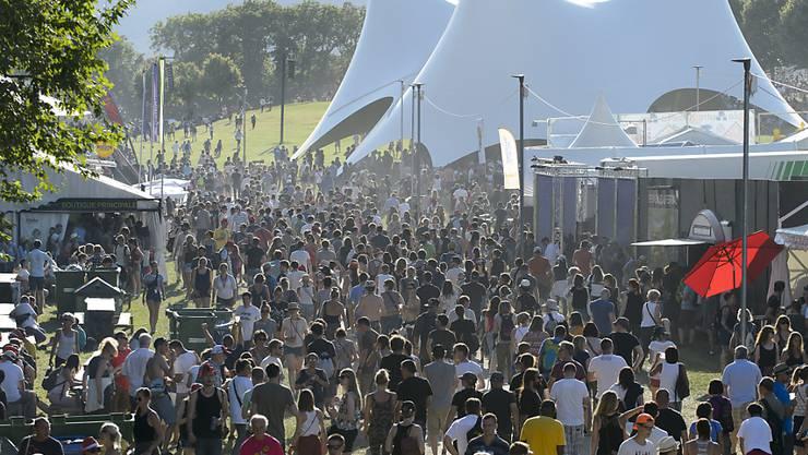 Kurz nach der Eröffnung strömen viele Besucher auf das Festivalgelände. Bis am Sonntag werden 230'000 Besucherinnen und Besucher erwartet.