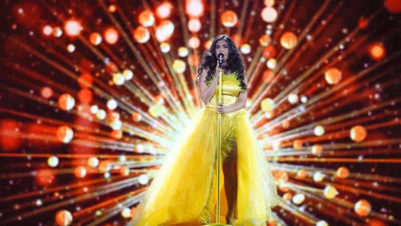 Miruna Manescu singt im gelben Kleid