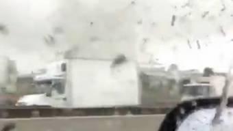 Wirbelsturm bei Mailand aus dem Auto gefilmt