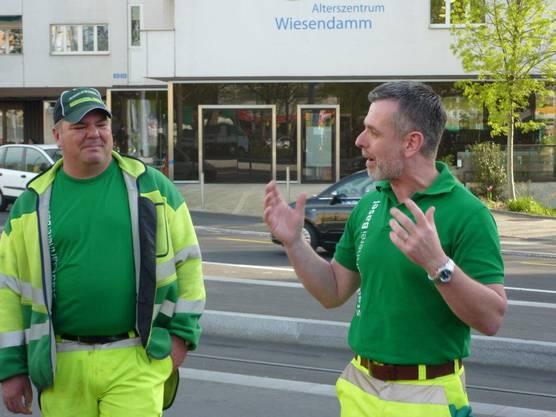 Die Stadtgärtner erläutern mit welchen Hilfsmitteln die verschiedenen Abfall-Sorten am besten aufgelesen werden.