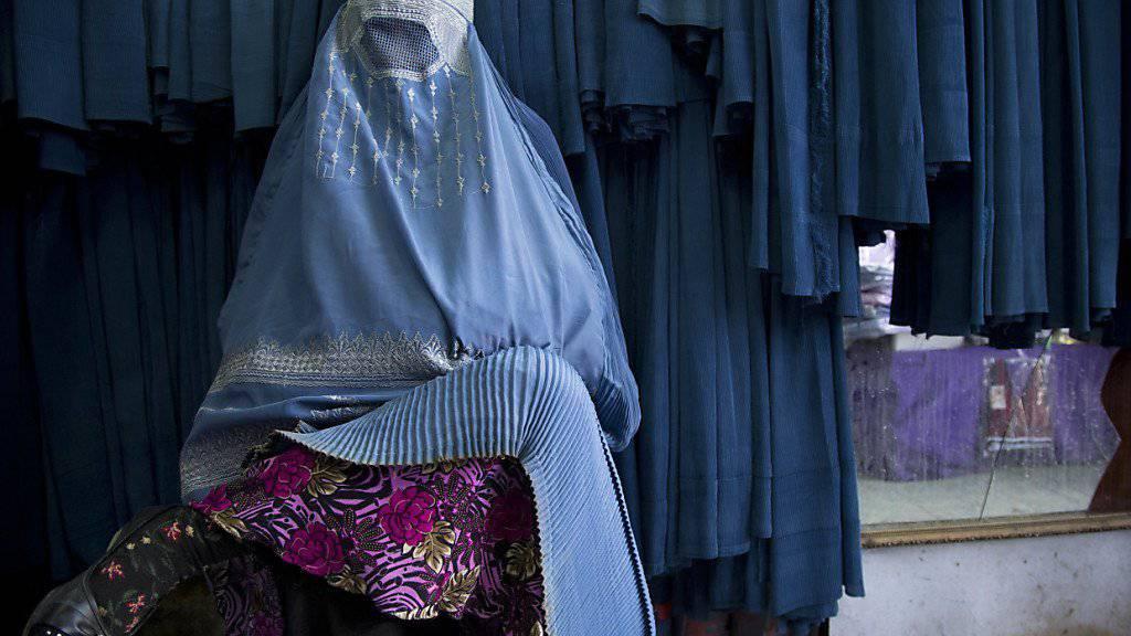 Die Staatspolitische Kommission des Ständerates will Burkas in der Schweiz nicht verbieten. Im Bild eine Frau in Afghanistan. (Archiv)
