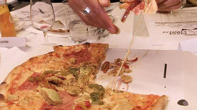 Ein knusprige Pizza schmeckt (Symbolbild)
