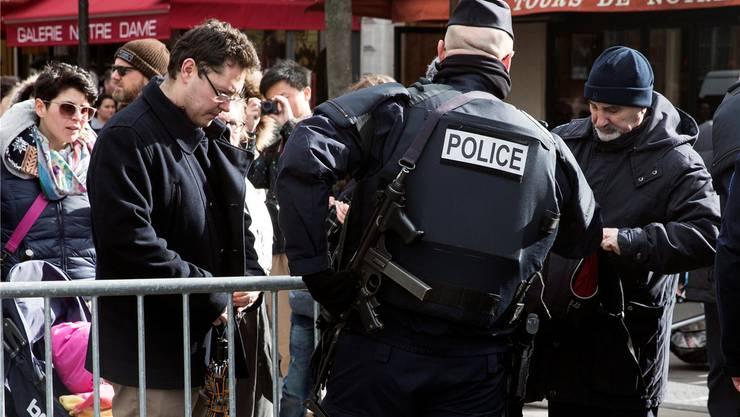 Taschenkontrollen – wie hier vor der Kathedrale Notre Dame in Paris – sind an der Tagesordnung. Die Franzosen nehmen es gelassen.Etienne Laurent/EPA/Keystone