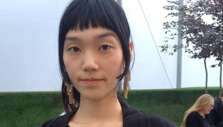 «Kunst heisst atmen», sagt Emi Yamaguchi. Und in Basel bekommt sie genug Luft. Die Stadt sei klein, sagt sie, aber die Kunst darin umso dichter gesät. Seit vier Jahren lebt sie in Basel als Photographin. «Der Himmel ist schön hier, ich kann oft Regenbogen sehen.» Die zierliche Frau trägt etwas zwischen Mantel und Kimono aus elegantem, schwarzen Stoff; der goldene Lidschatten passt perfekt zur ihren Ohrringen. Der Sinn für Ästhetik ist ihr auf den Leib geschrieben, vielleicht dank ihren japanischen Wurzeln.