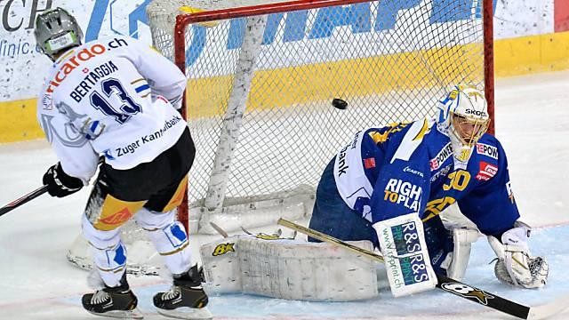HCD-Goalie Genoni von Zugs Alessio Bertaggia bezwungen.