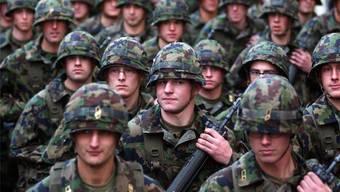 «Wenn eine Übung an einem geheimen Ort durchgeführt wird, können die Kommandanten die Smartphones der Militärangehörigen kurzfristig einziehen», erklärte Armeesprecher Daniel Reist. (Symbolbild)