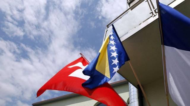 Die Schweizer Flagge neben jener von Bosnien-Herzegowina (Archiv)