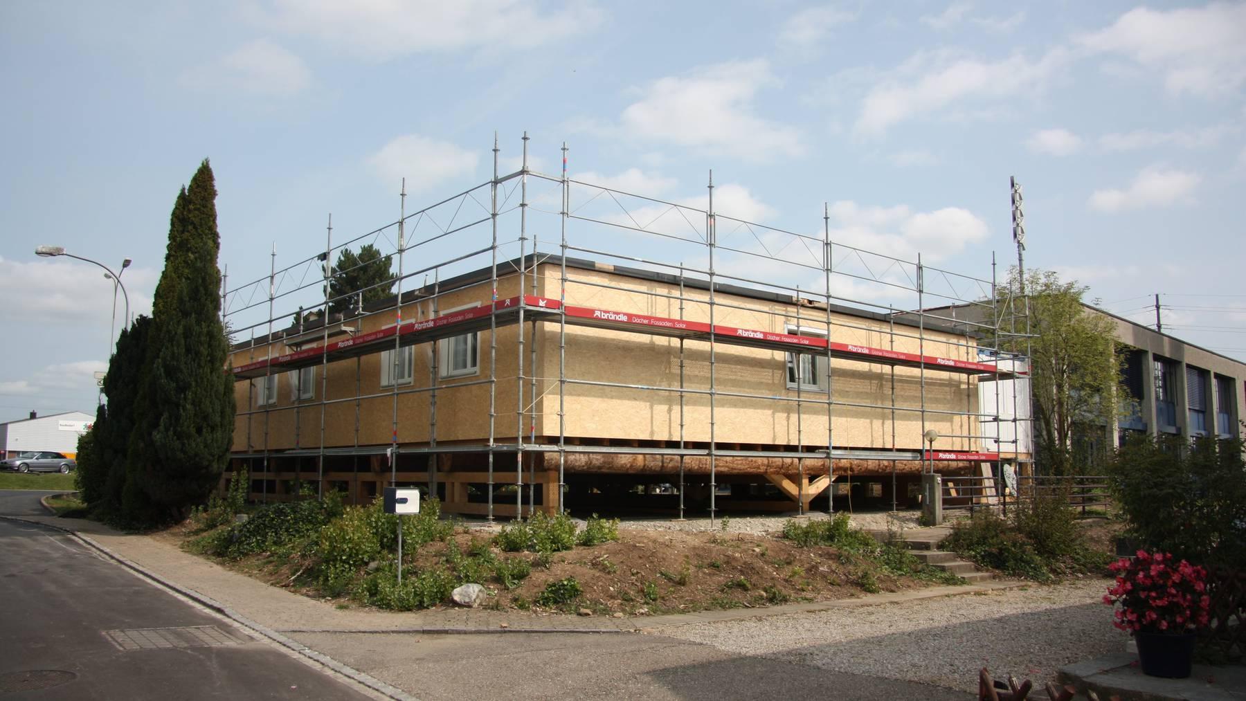 Die Container-Siedlung für Asylsuchende steht unmittelbar neben dem Gemeindehaus in Wilen.