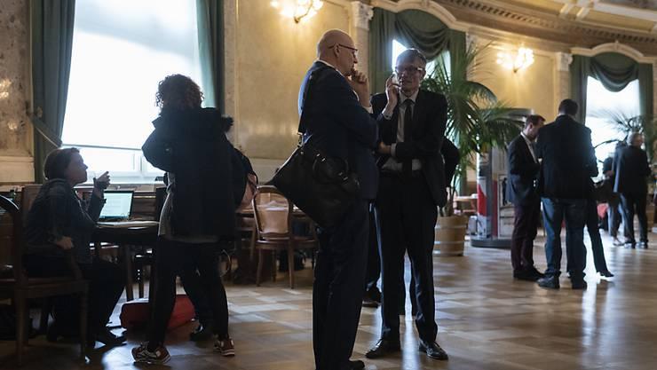 In der Wandelhalle des Bundeshauses kämpfen Lobbyistinnen und Lobbyisten für die Anliegen ihrer Auftraggeber. Diese dürfen weiterhin im Dunkeln bleiben. Der Nationalrat lehnt Transparenz-Regeln ab. (Archivbild)