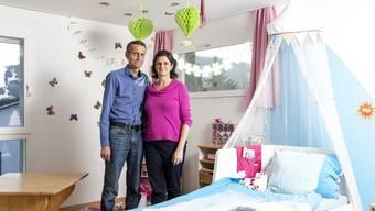 Die Pflegeeltern Patricica Capurso und Matthias Burkhardt im Zimmer eines ihrer Pflegekinder.