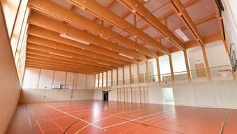 Die Sporthalle muss wegen Kondenswasserbildung bei den Oblichtern mit einer Steuerung für die automatische Lüftung nachgerüstet werden.