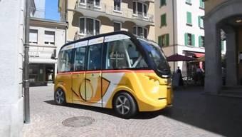 Zum ersten Mal in der Schweiz kommen selbstfahrende Busse im öffentlichen Verkehr zum Einsatz. In Sitten verkehren ab Donnerstag zwei solche Postautos. Noch überwachen sogenannte Sicherheitsfahrer den Betrieb.