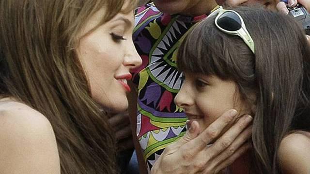 Angelina Jolie mit einem jungen Fan