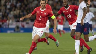 Stephan Lichtsteiner, hier mit Johan Djourou in einem Match gegen England