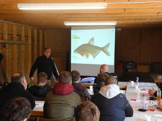 Auch Fischkunde gehört natürlich zum Kurs dazu, den Jean Matzinger leitet.