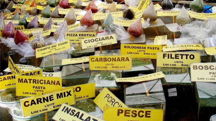 Markt auf der Piazza campo de Fiori in Rom: Die Italiener sparen auch bei den Lebensmitteln, die Ware bleibt liegen. Mauritius Images
