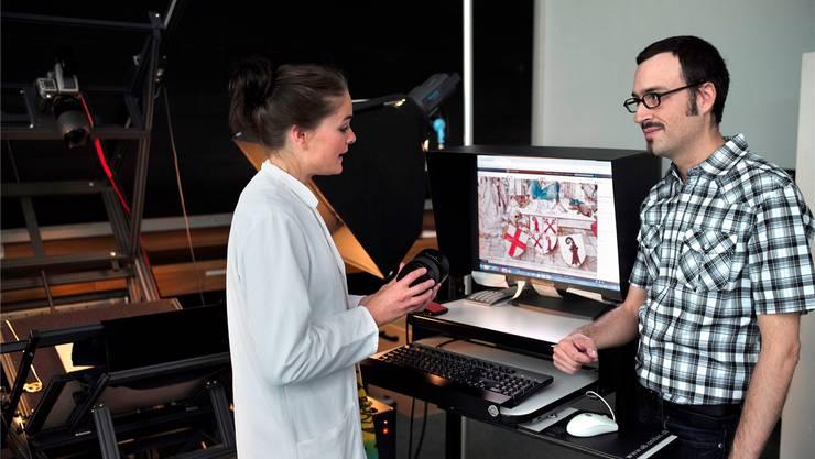 Micha Rieser will die Basler Unibibliothek und Wikipedia näher zusammenbringen. Hier bespricht er sich mit einer Mitarbeiterin des Digitalisierungszentrums.