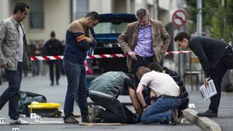 Spurensicherung nach den Schüssen in Pariser Vorort