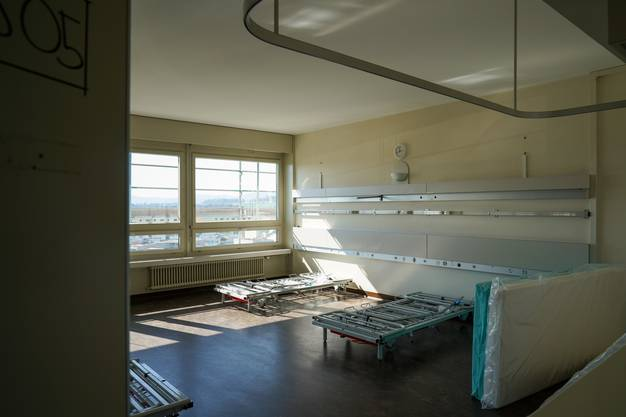 Ein Patientenzimmer wird eingerichtet. Rund 200 solcher Betten werden aufgestellt.