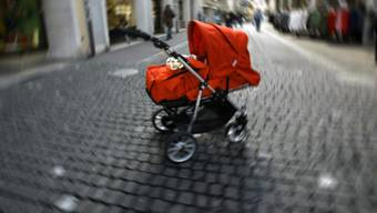 Zum Raub kam es, als die Frau mit Kinderwagen und Hund in der Bachgrabenpromenade um zirka 14 Uhr in Richtung Thomaskirche unterwegs war.  (Symbolbild)