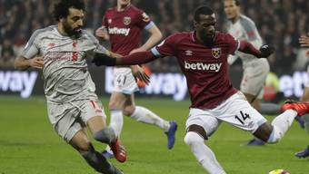 Liverpools Star Mohamed Salah (links) gegen West Hams Pedro Obiang