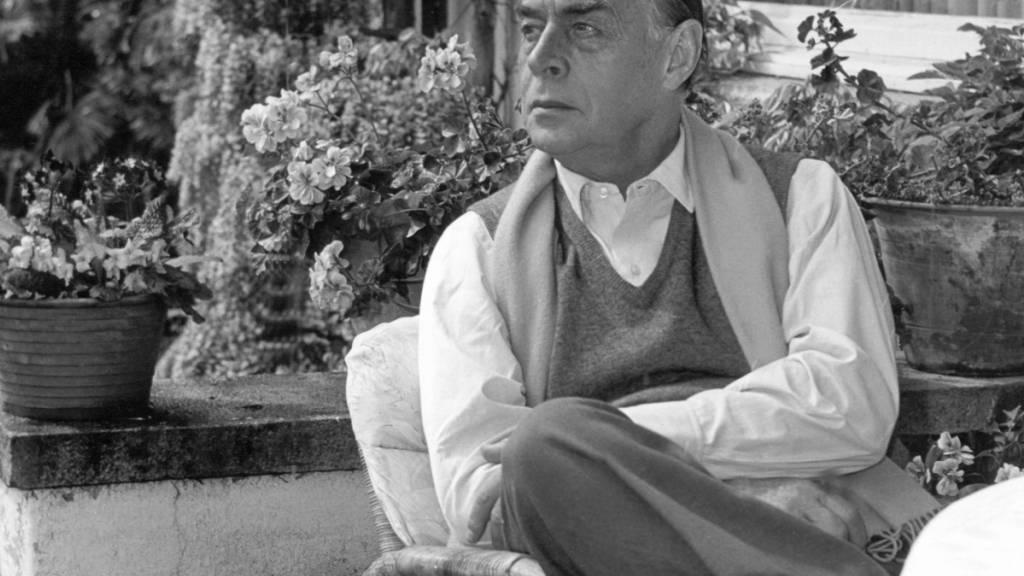 ARCHIV - Der Schriftsteller Erich Maria Remarque in seinem Haus am Lago Maggiore (undatiert). Remarque errang mit seinem desillusionierenden Kriegsroman «Im Westen nichts Neues» (1929) Weltruhm. Der aus Osnabrück stammende Schriftsteller starb vor 50 Jahren, am 25. September 1970, im schweizerischen Locarno. Foto: DB/dpa