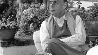 """ARCHIV - Der Schriftsteller Erich Maria Remarque in seinem Haus am Lago Maggiore (undatiert). Remarque errang mit seinem desillusionierenden Kriegsroman """"Im Westen nichts Neues"""" (1929) Weltruhm. Der aus Osnabrück stammende Schriftsteller starb vor 50 Jahren, am 25. September 1970, im schweizerischen Locarno. Foto: DB/dpa"""
