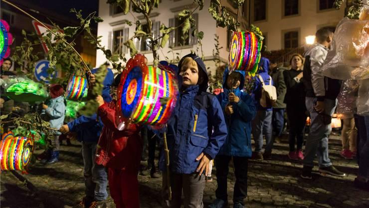 Am Freitag ziehen die Schulkinder am Bachfischet mit den kunstvoll gebastelten Lampions durch die Stadt.
