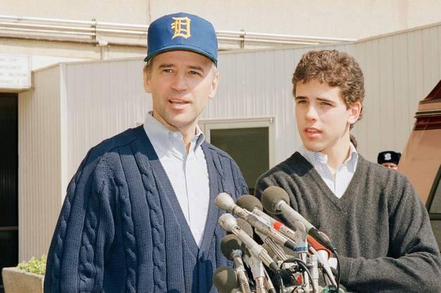 Joe Biden verlässt 1988 nach seiner Operation das Walter Reed Army Hospital in Washington mit Sohn Beau an seiner Seite.