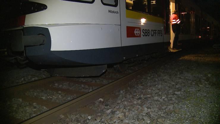 Der Zug ist aus den Schienen gesprungen.