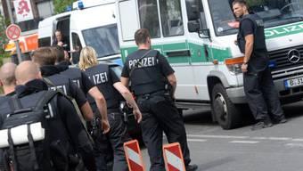 Aufgebot von Polizeikräften nach den Schüssen im Benjamin-Franklin-Spital in Berlin-Steglitz.