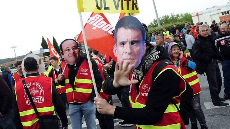 Protestierende Gewerkschaftsvertreter mit Masken von Regierungschef Valls und Präsident Hollande