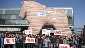 Mit einer Aktion auf dem Bundesplatz hat die Allianz der Zivilgesellschaft auf die negativen Seiten der SVP-Selbstbestimmungsinitiative (SBI) aufmerksam gemacht. Die Allianz bezeichnet die Initiative als «trojanisches Pferd für Demokratie und Menschenrechte».