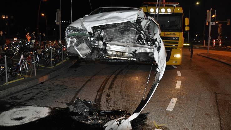 Der weiße Personenwagen wird abgeschleppt
