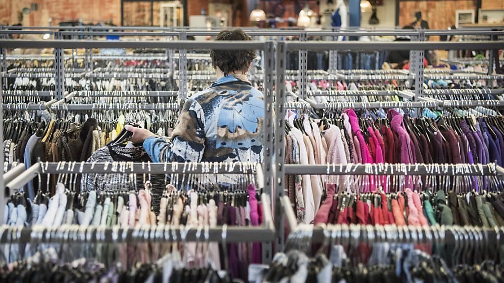 Schweizer Konsumenten und Unternehmen zahlen auf ausländische Waren einen hohen Schweiz-Zuschlag. Der Nationalrat diskutiert über Massnahmen gegen die Hochpreisinsel Schweiz. (Symbolbild)