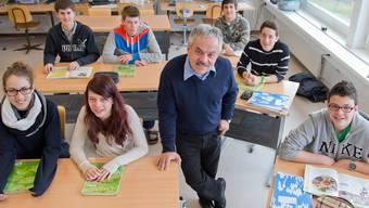 Der ehemalige Stadtammann von Brugg und Lehrer, Rolf Alder, mit seinen sieben Sekundarschülern im Klassenzimmer in Bözen. Die Oberstufe wird Ende Schuljahr definitiv geschlossen.Mathias Marx