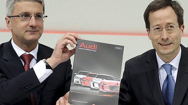 er Vorstandsvorsitzende von Audi, Rupert Stadler (l.), und der Audi-Finanzvorstand Axel Strotbek