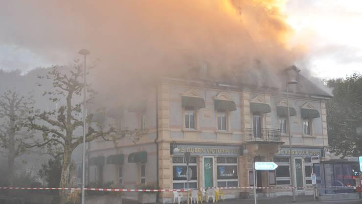 Flammen schiessen aus dem Dachstock