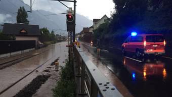 Die Bahnverbindung am Ufer des Walensees zwischen Mols und Murg im Kanton St. Gallen wurde überschwemmt. (Bild Kapo SG)