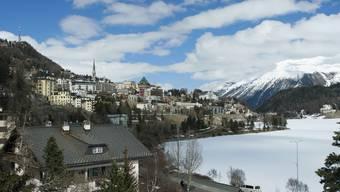 Die Bündner Regierung will die Schweiz für die Idee Olympischer Winterspiele im Jahr 2026 begeistern. Im Bild: St. Moritz, einer der potenziellen Austragungsorte. (Archivbild)