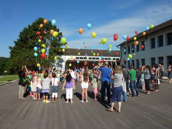Mit farbenfrohen Ballonen zum Schulstart.