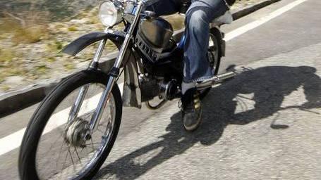 Der Mofa-Fahrer wollte auf den Radweg wechseln, als er von einem Auto gestreift wurde. (Symbolbild)